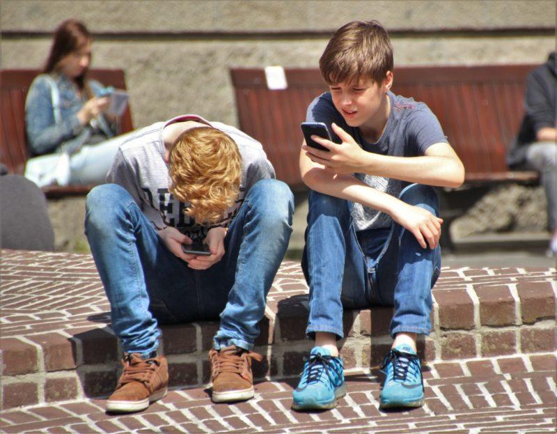 Collégiens sur leur téléphone